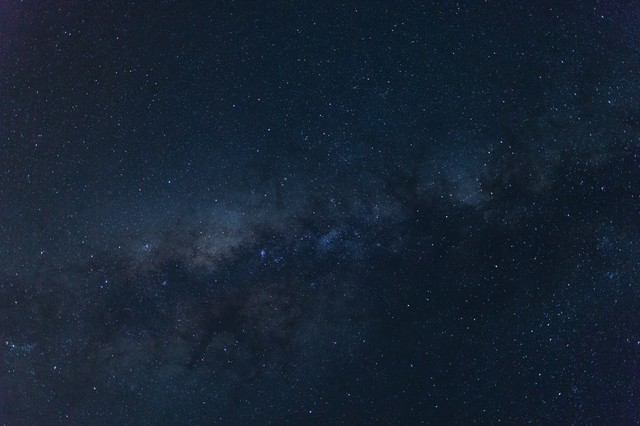手を伸ばせばつかめそうな宮古島の星空(天の川)の写真
