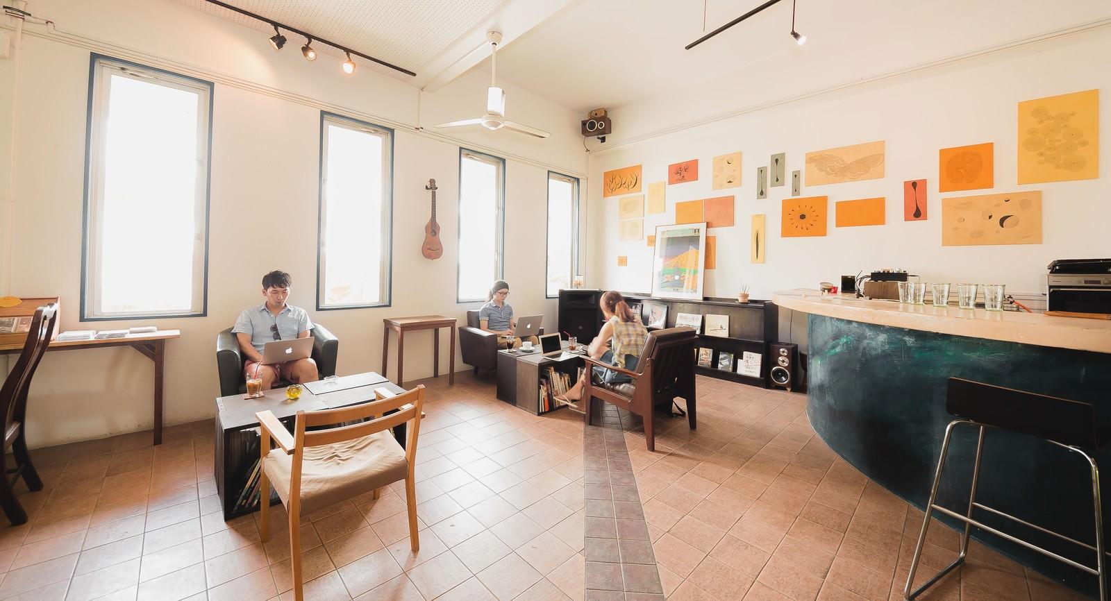 「心と時間に余裕を持ち、コワーキングカフェで開発合宿を行うノマドワーカーたち」の写真[モデル:大川竜弥]