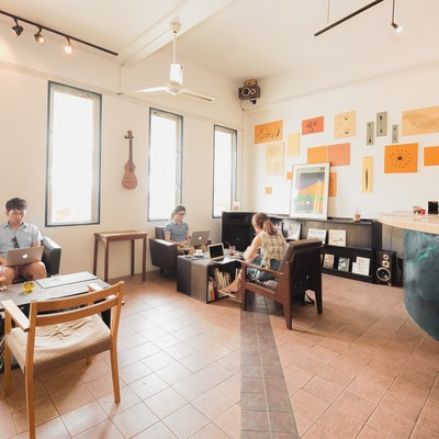 「心と時間に余裕を持ち、コワーキングカフェで開発合宿を行うノマドワーカーたち」の写真素材