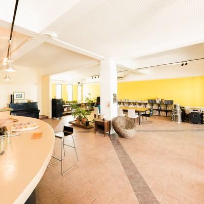 「電源・Wi-Fiなど各種設備が充実した宮古島のコワーキングカフェ」の写真素材