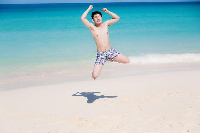 夏休み、海ではしゃぐ海パン男子の写真