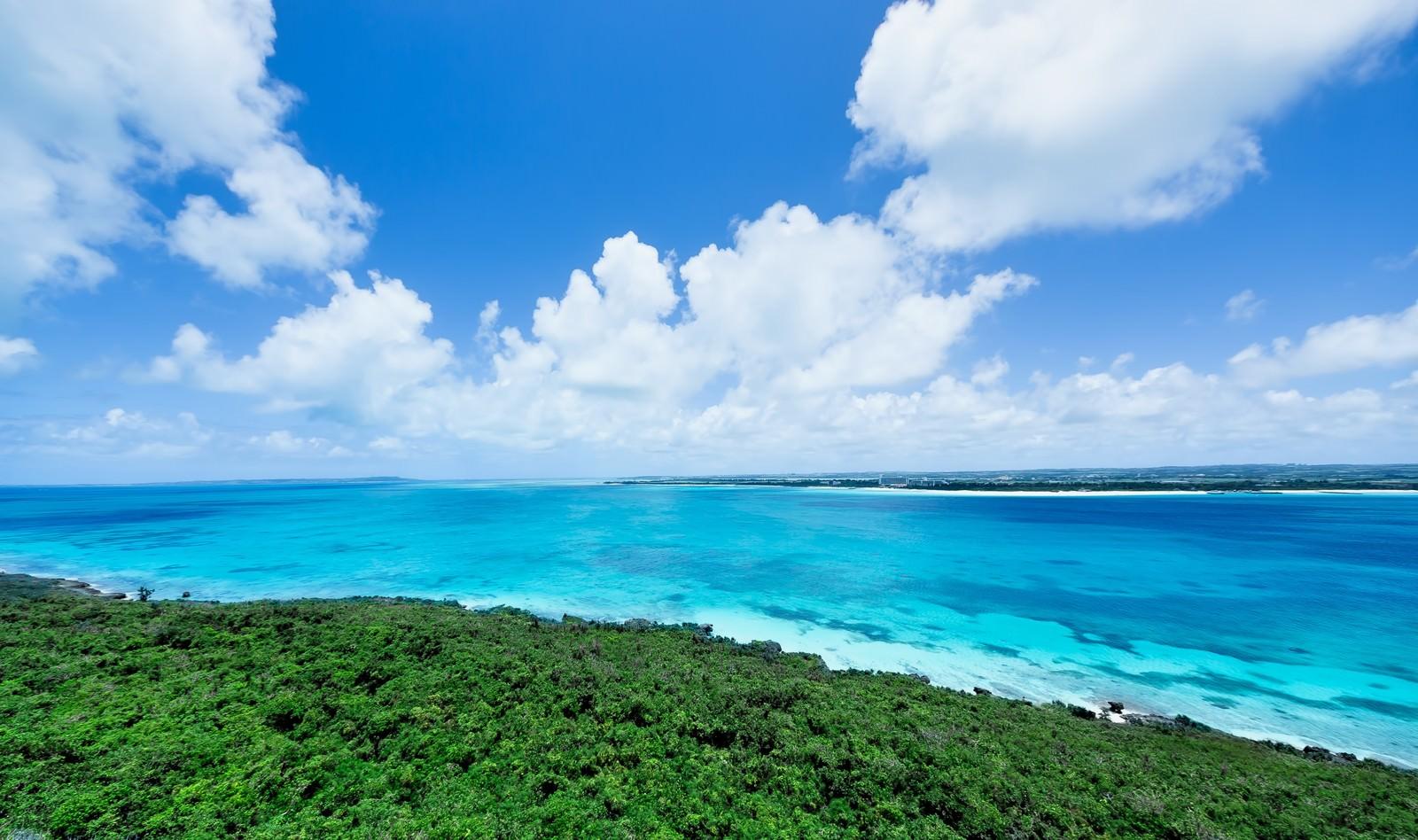 「吸い込まれるような宮古島の海と雲」の写真