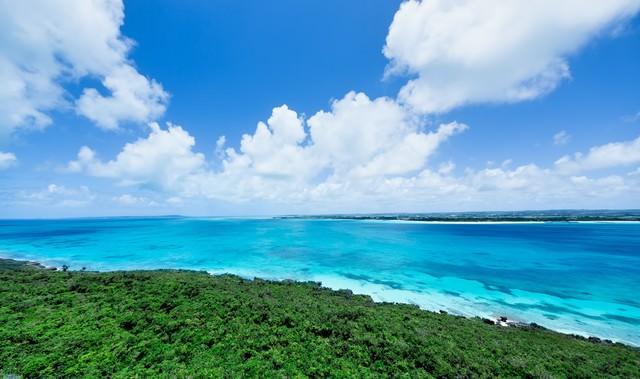 吸い込まれるような宮古島の海と雲の写真