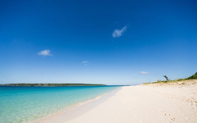 白い砂浜とエメラルドグリーンの海の写真