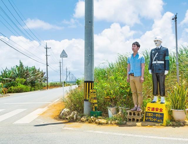 宮古まもる君の視点で交通安全を見守る観光客の写真