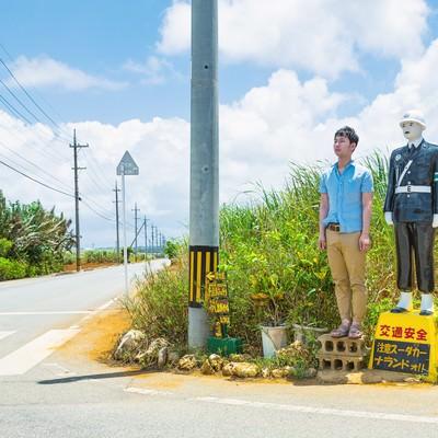 「宮古まもる君の視点で交通安全を見守る観光客」の写真素材