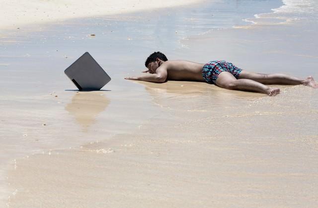 納期に追われ一週間ほど漂流した後、砂浜に打ち上げられたノマドワーカーの写真