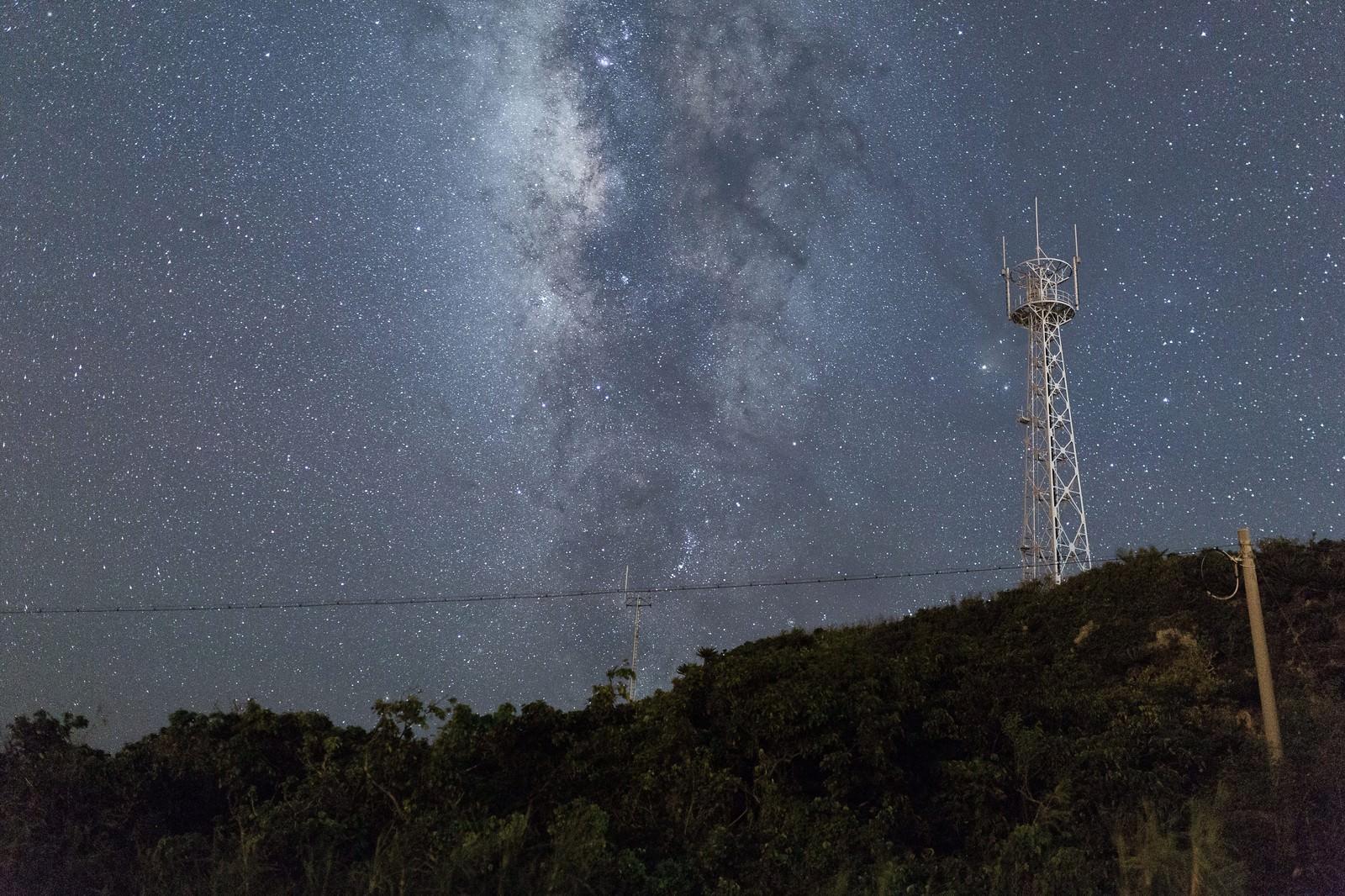 「島と鉄塔と星空島と鉄塔と星空」のフリー写真素材を拡大
