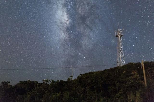 島と鉄塔と星空の写真