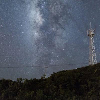 「島と鉄塔と星空」の写真素材