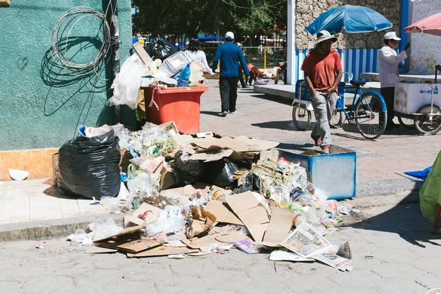 街頭に投げ捨てられたゴミの写真