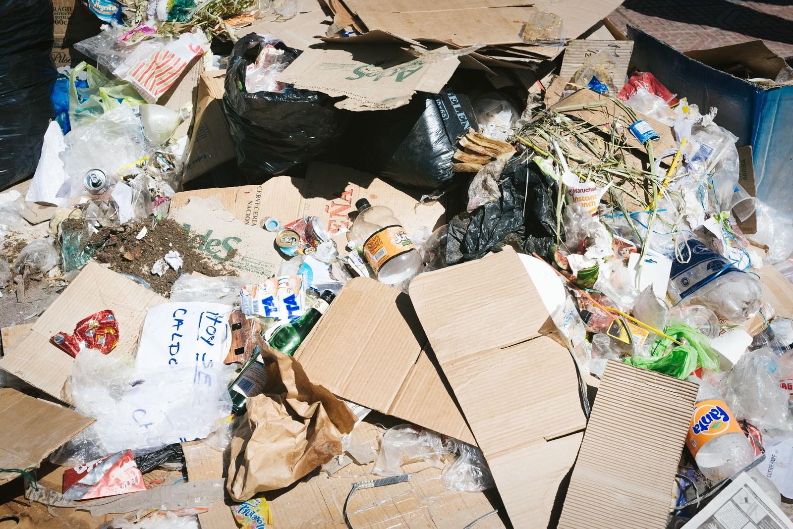 「投げ捨てられたゴミの山」の写真