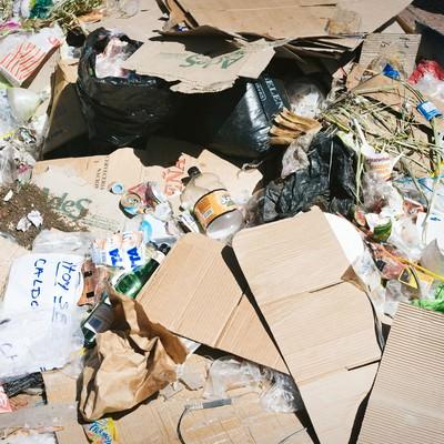 「投げ捨てられたゴミの山」の写真素材