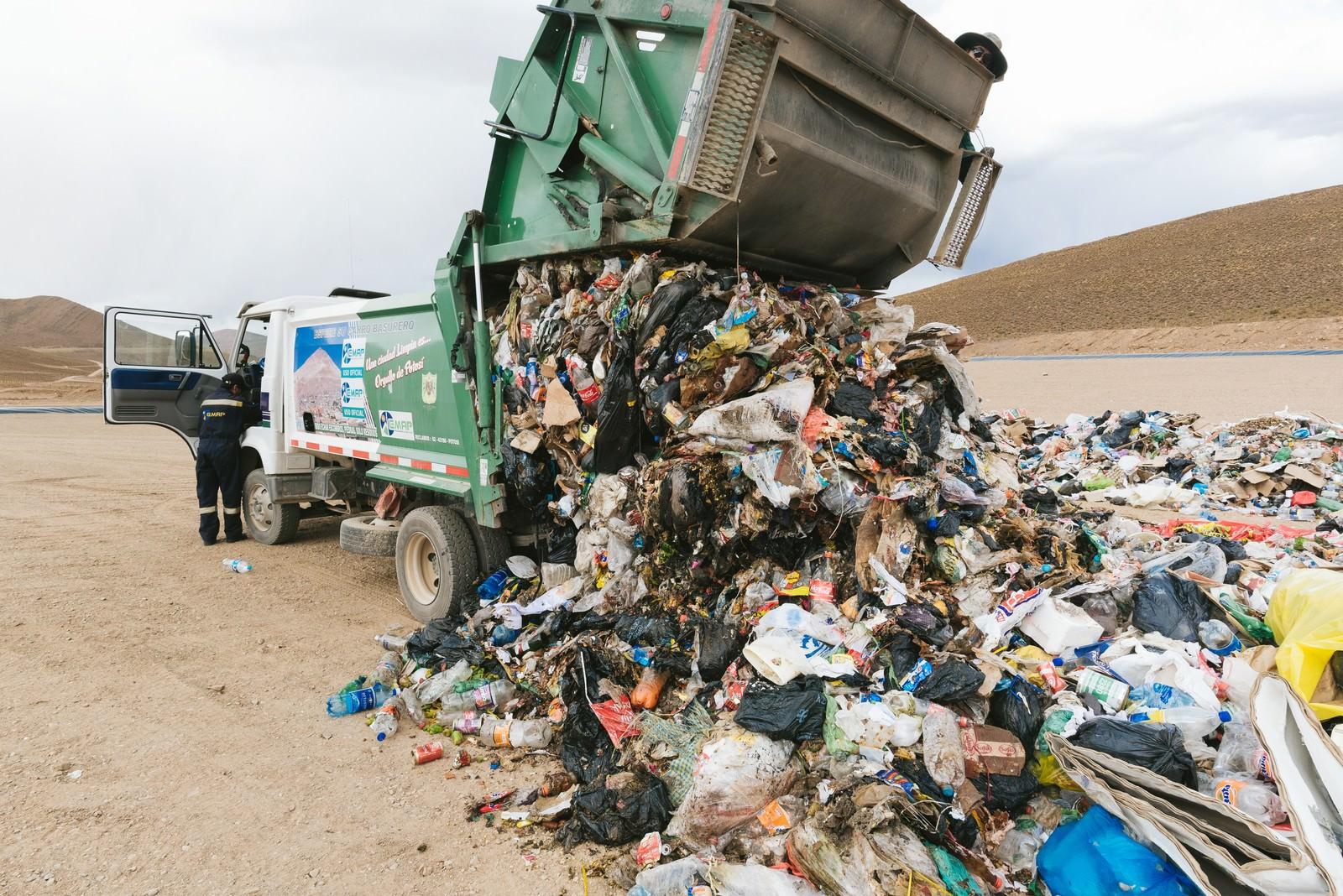 「ゴミ収集車の大量の廃棄物(ウユニ市の現状)」の写真