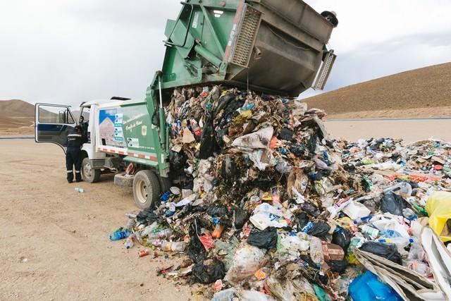 ゴミ収集車の大量の廃棄物(ウユニ市の現状)の写真
