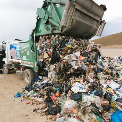 「ゴミ収集車の大量の廃棄物(ウユニ市の現状)」の写真素材