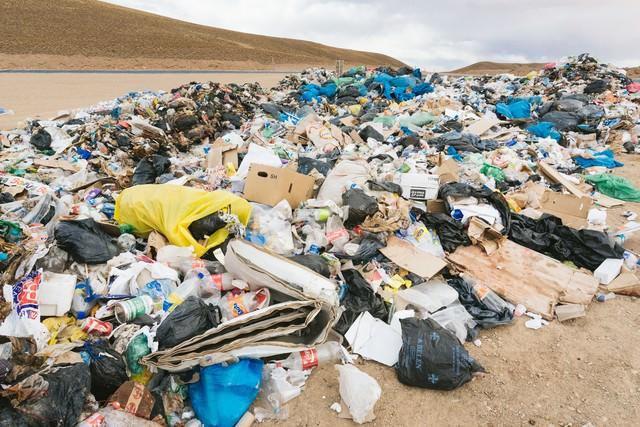 廃棄物の山(環境問題)の写真