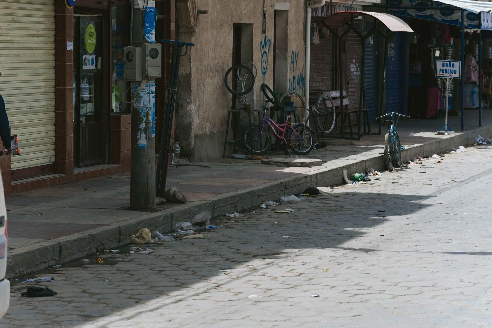「路肩にもゴミ(ウユニ市街地)」の写真