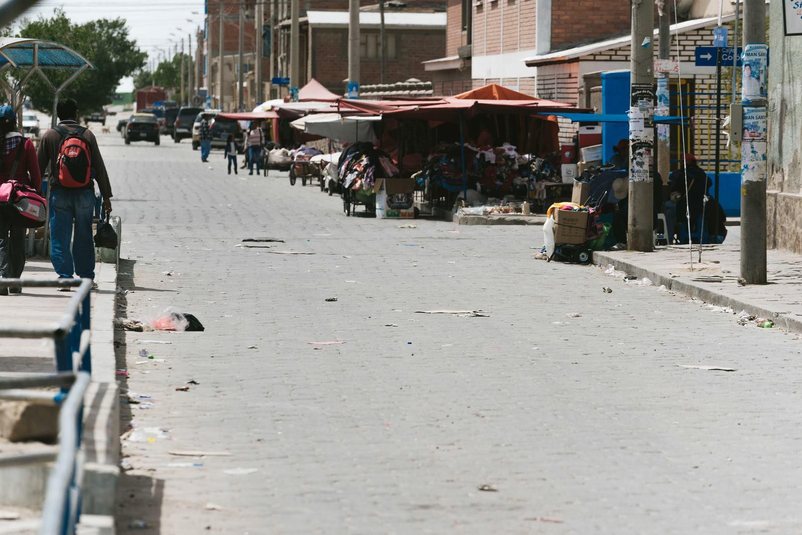 「至る所にゴミが散乱するウユニ市街」の写真