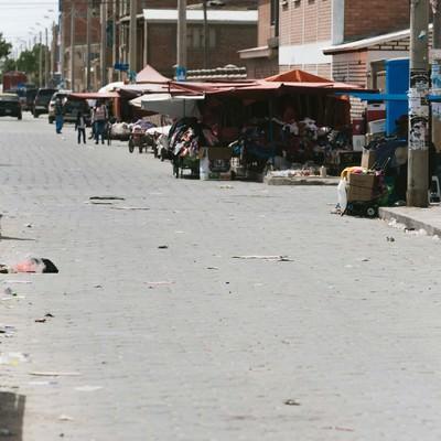 「至る所にゴミが散乱するウユニ市街」の写真素材