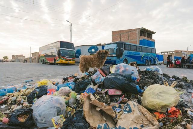ウユニ塩湖の絶景を見にくる観光バスとウユニ市の現状(ごみ廃棄物問題)の写真
