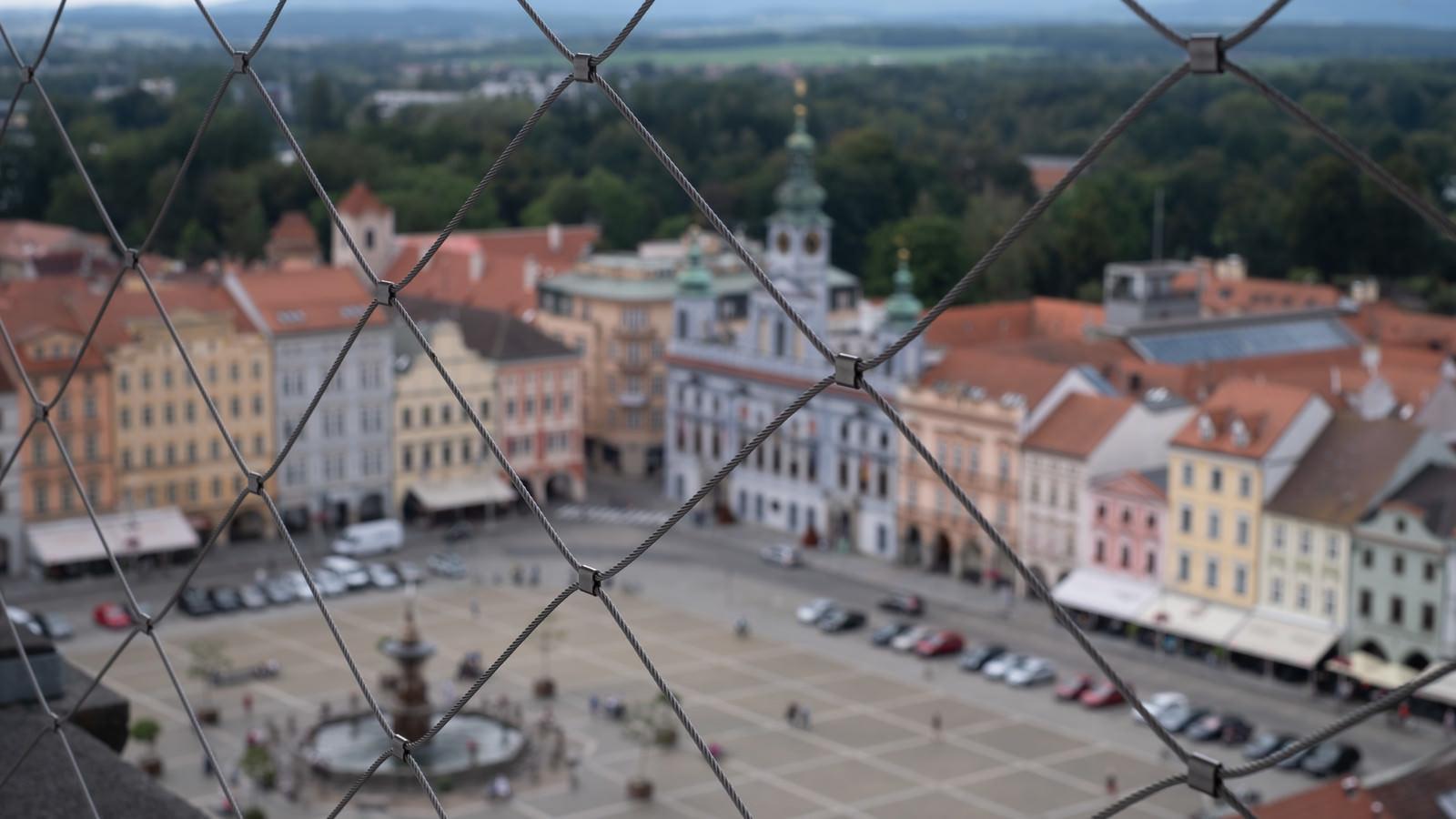 「金網とチェスケーブジェヨヴィツェの街並み(ブドヴァル)」の写真