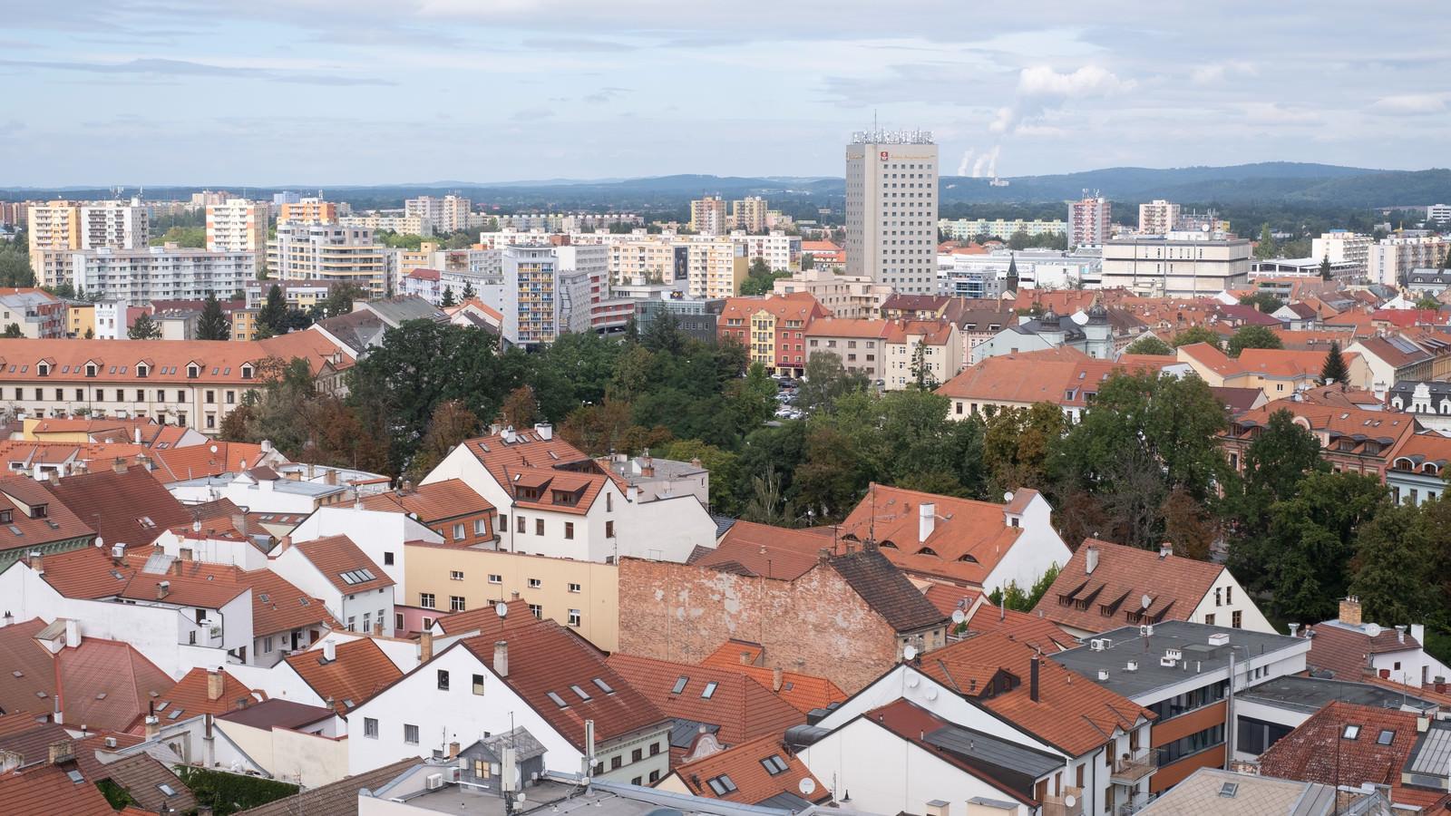 「赤茶色の屋根から始まる街並み(チェコ共和国・ブドヴァル)」の写真