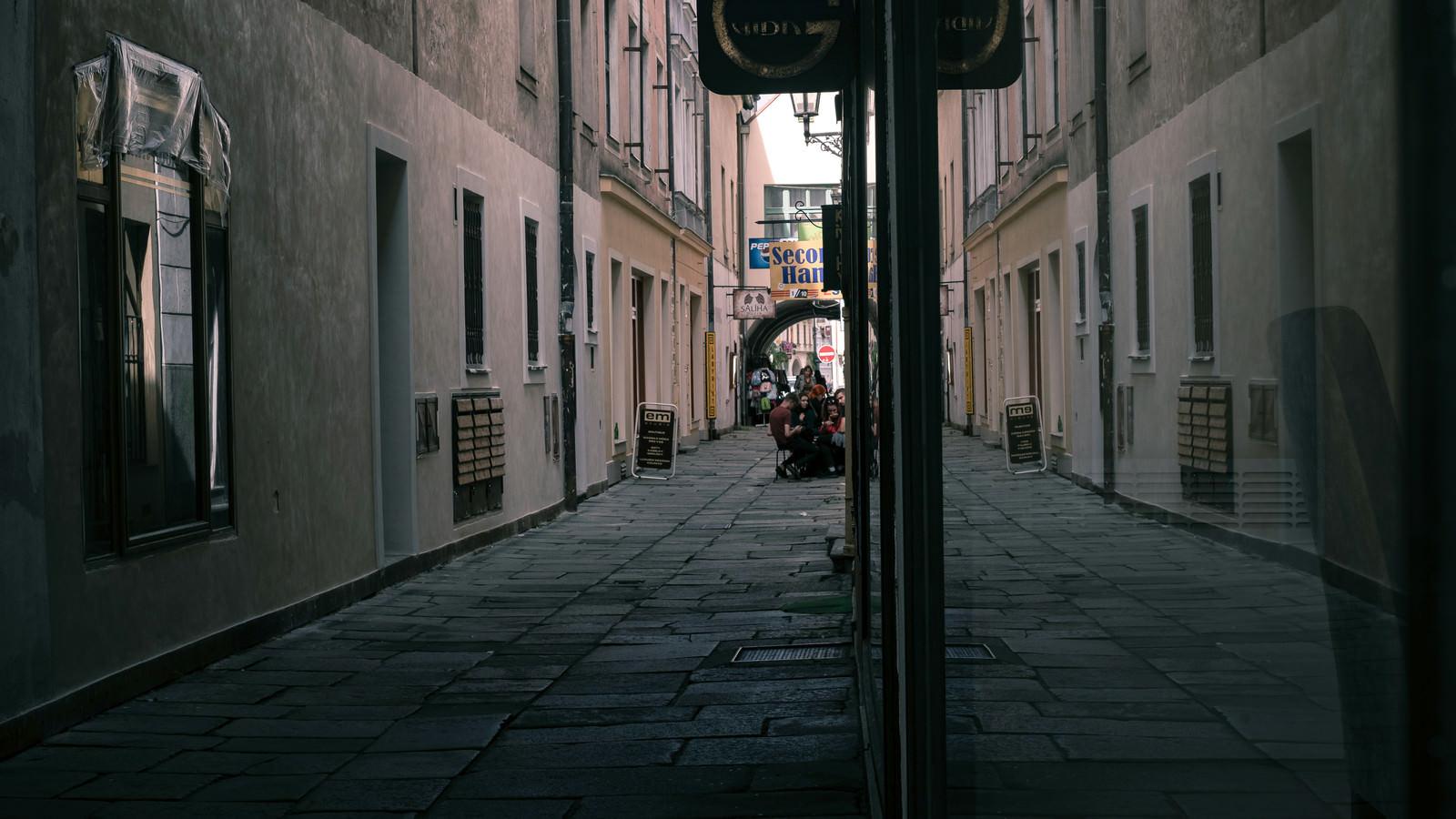 「路地裏に屯する若者(チェコ共和国・ブドヴァル)」の写真