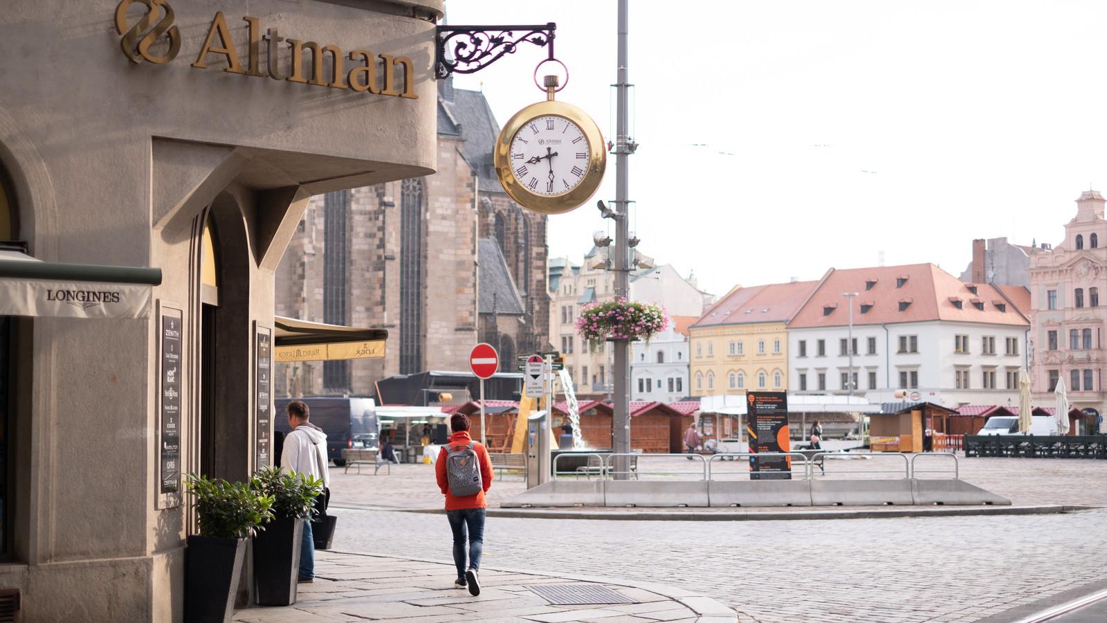 「プルゼニの町並みと金色のサイドクロック(チェコ共和国)」の写真