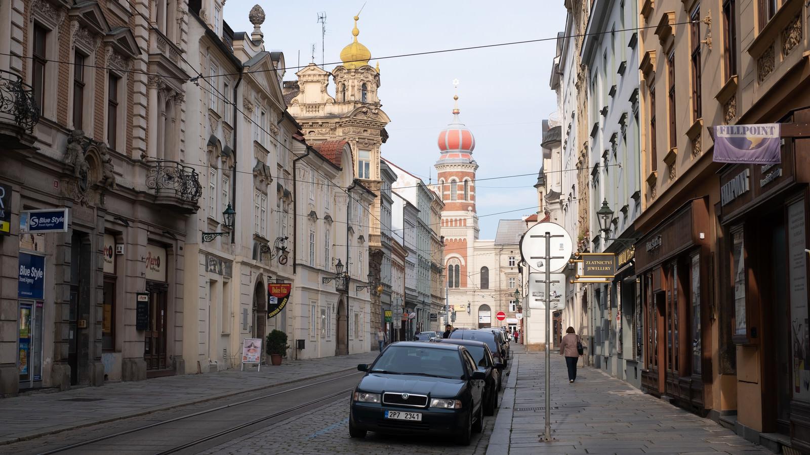 「プルゼニの路地に駐車する車(チェコ共和国)」の写真