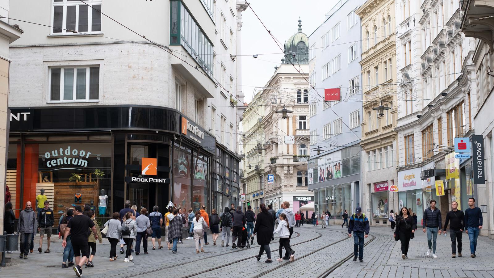 「ブルノ市の街並みと人混み(チェコ共和国)」の写真