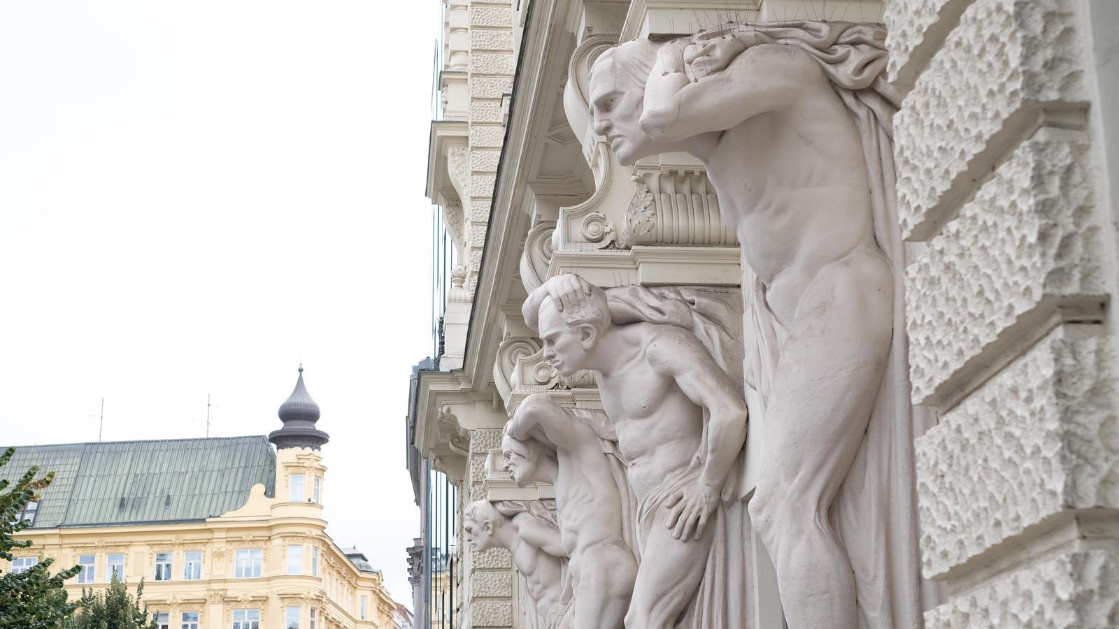 「建物の柱に彫刻されたオブジェ(チェコ共和国・ブルノ市)」の写真