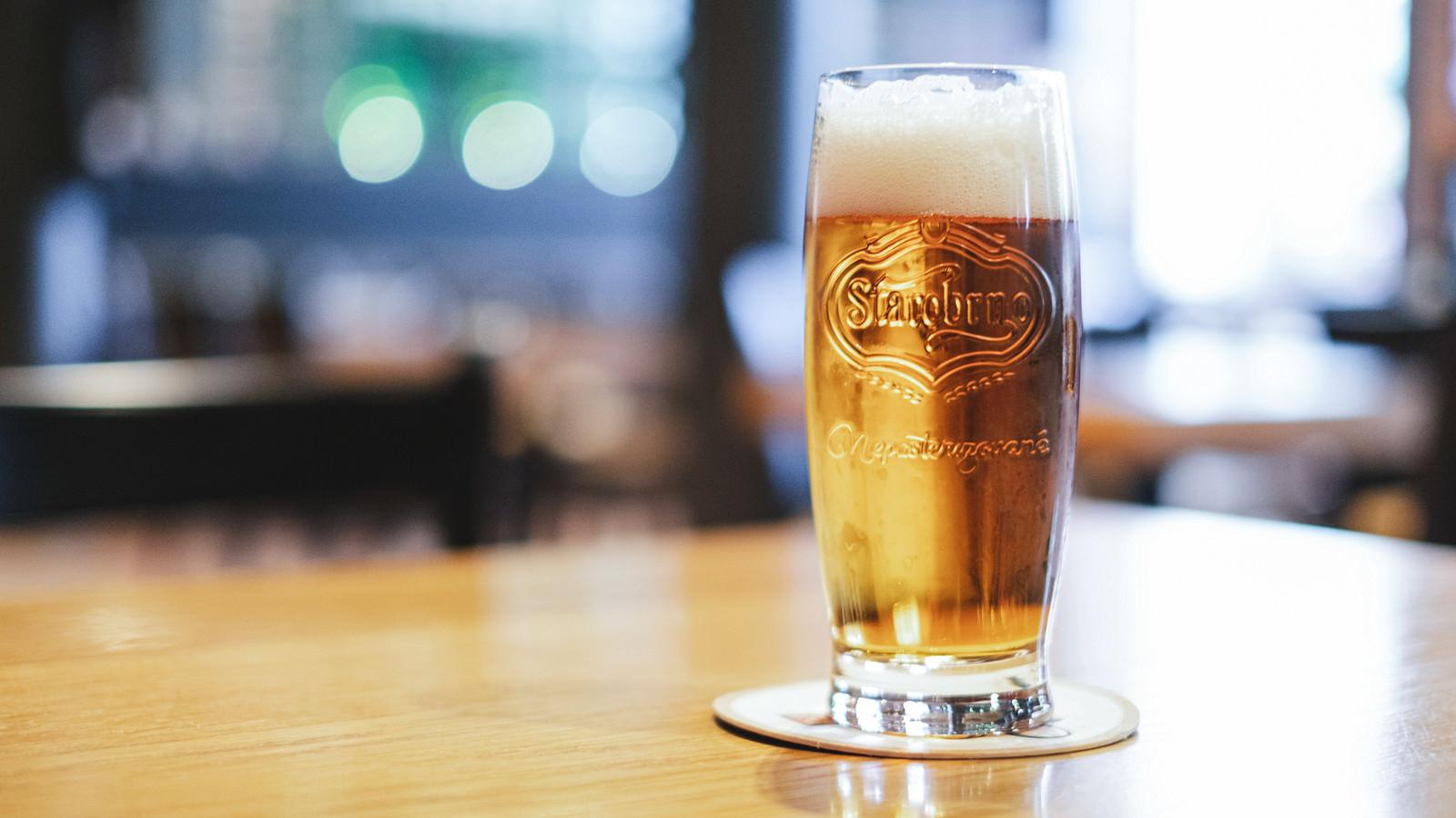 「テーブルの上に置かれたグラスビール(チェコ共和国・ブルノ)」の写真
