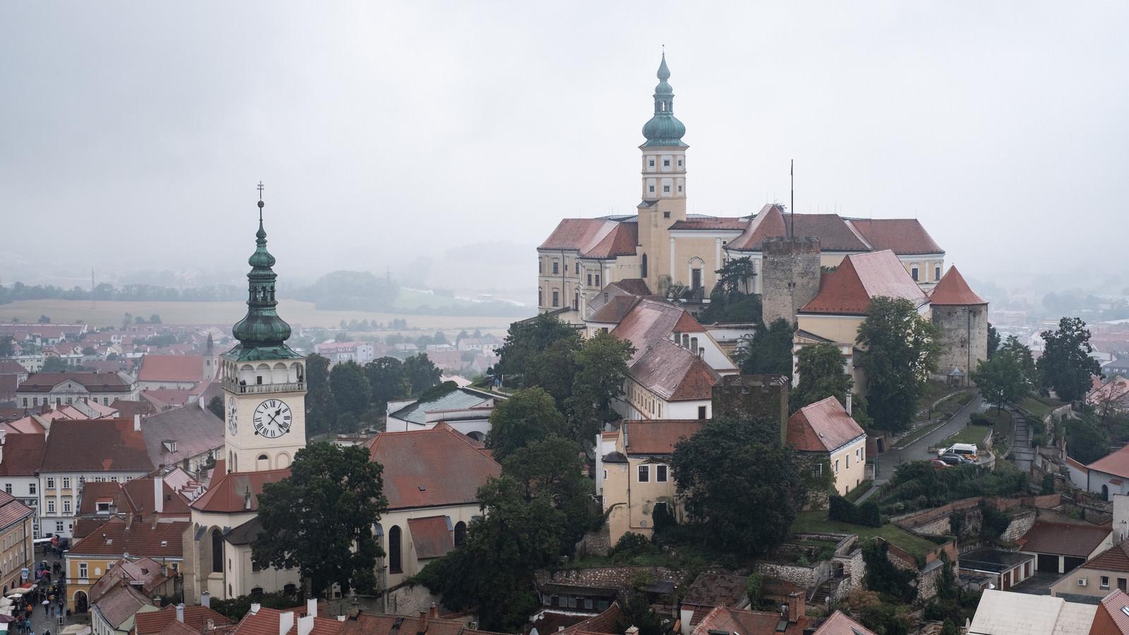 「ミクロフ城と街並み(チェコ共和国・ミクロフ)」の写真