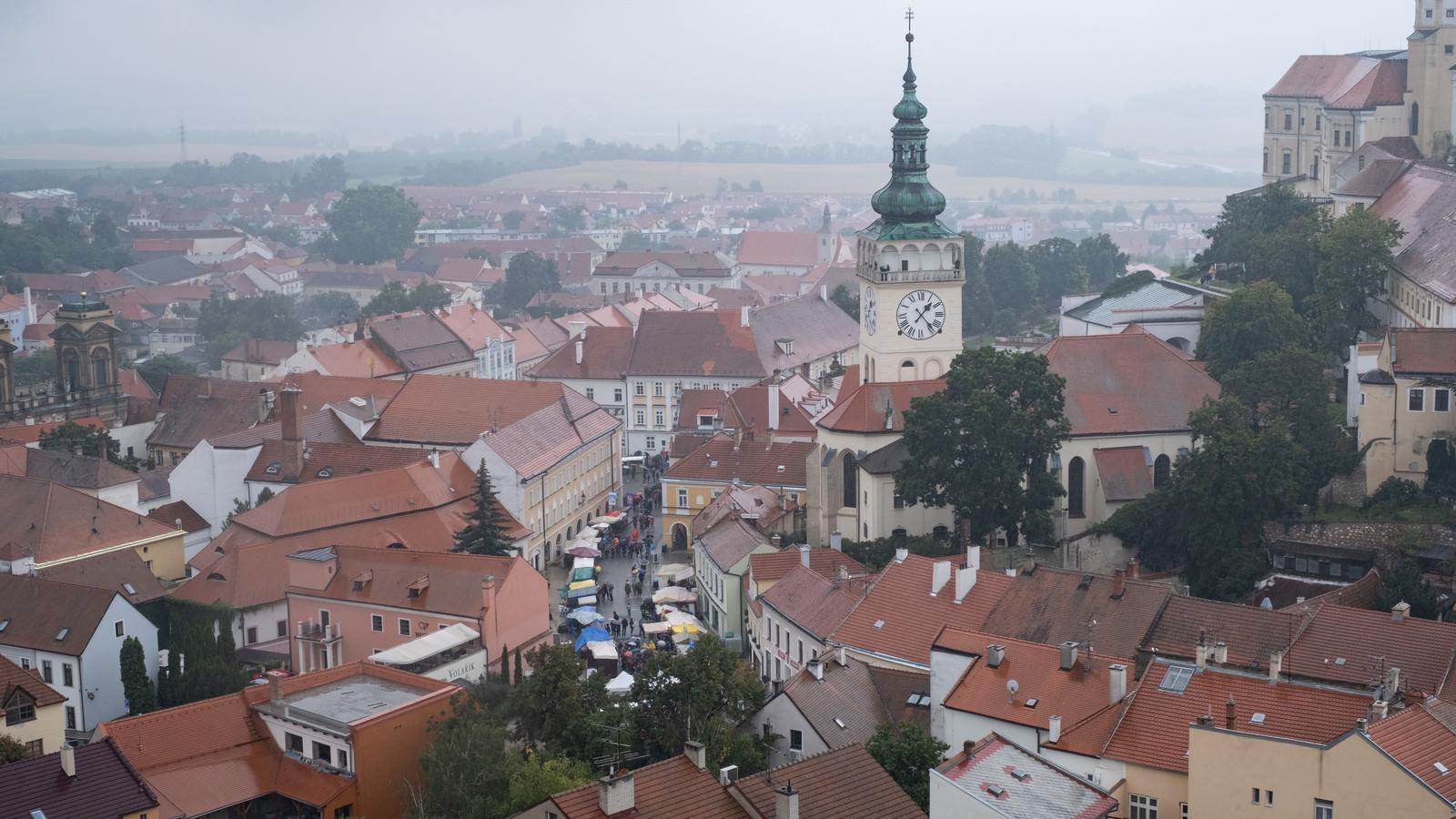 「赤茶に統一された屋根と時計台(チェコ共和国・ミクロフ)」の写真