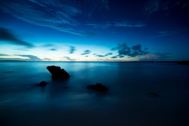 穏やかな海と日没の写真