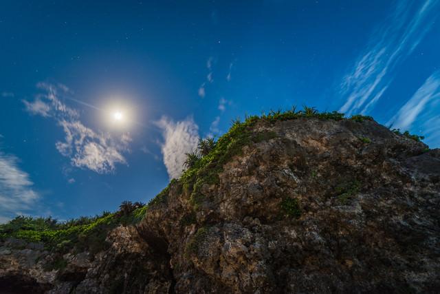砂山ビーチの岩と月の写真