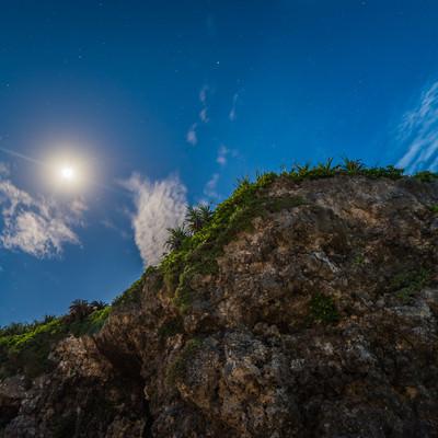「砂山ビーチの岩と月」の写真素材