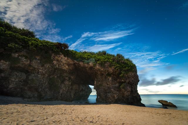宮古島、深夜の砂山ビーチの岩のトンネルの写真
