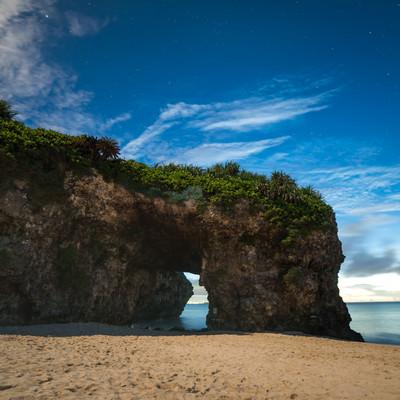 「宮古島、深夜の砂山ビーチの岩のトンネル」の写真素材