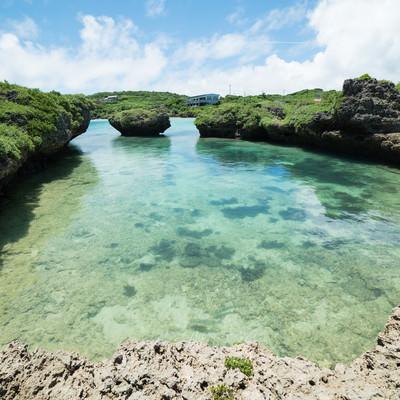 「泳ぎやすそうな海岸(沖縄)」の写真素材