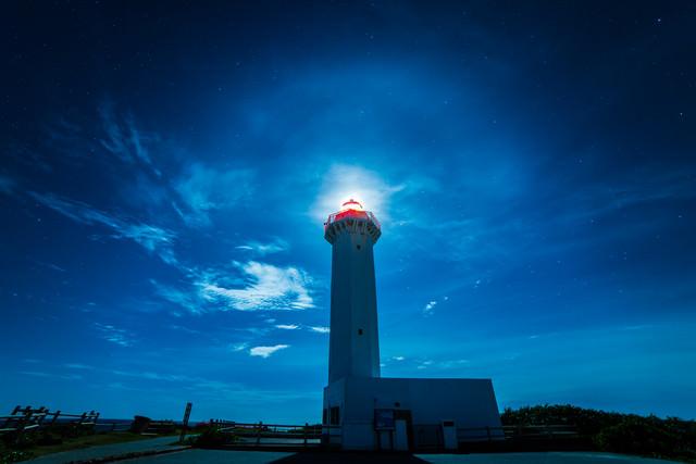 平安名埼灯台と夜景の写真