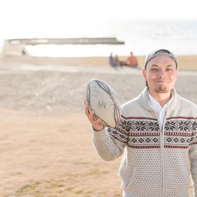 「ラグビーボールを持って記念撮影」の写真素材