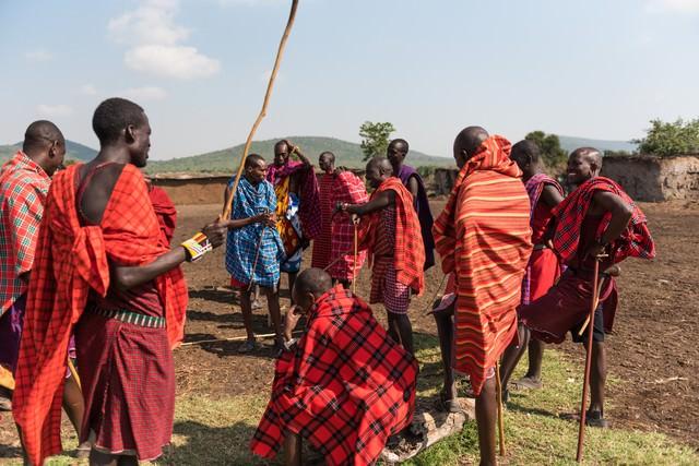 今日はこの棒を使って作業します!(マサイ族の人々)の写真