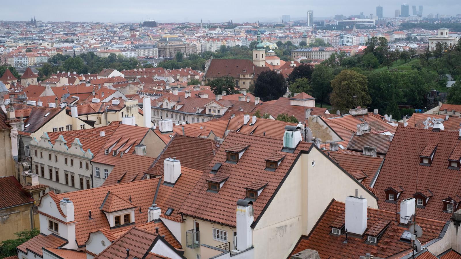 「赤茶色に統一された屋根(プラハ)」の写真