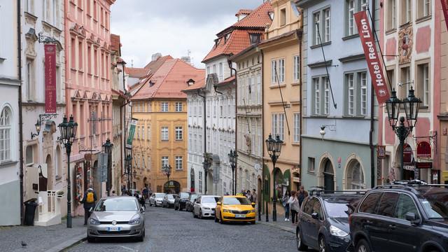 プラハの建築様式と石畳の道路(チェコ共和国)の写真