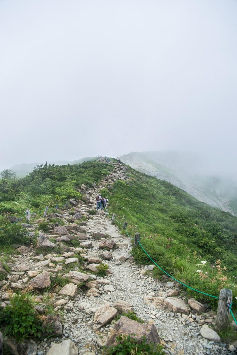 「雲中へと続く登山道」の写真