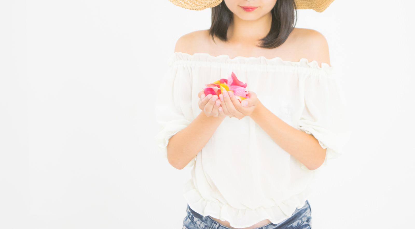「花びらに想いを込める女性」の写真