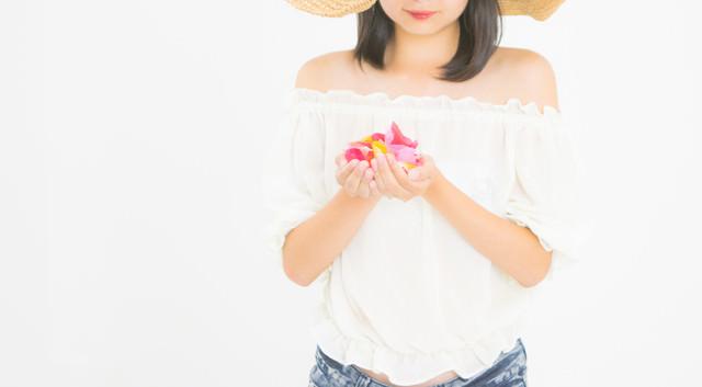花びらに想いを込める女性の写真