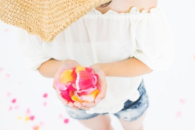 両手いっぱいの花びらの写真